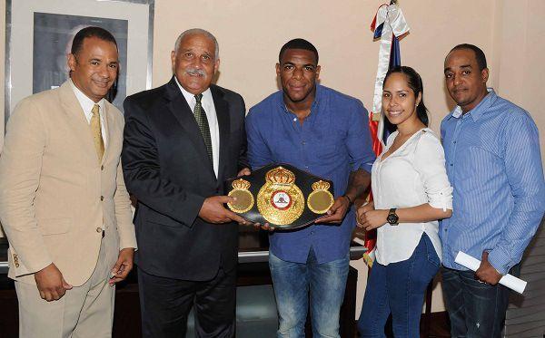Jaime David recibe campeón mundial de boxeo y equipo de maxibaloncesto