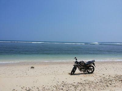 Everything in Here: Jangan tenggelamkan motormu di pantai Ujung Genten...