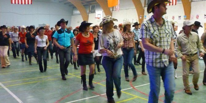 Iedereen kent wel de Westerns waarin cowboys en cowgirls met elkaar dansen in de saloon. Wel, tot op de dag van vandaag wordt er in de Verenigde Staten nog op dergelijke manieren gedanst, dit onder da naam Countrydansen of Westerndansen. Zoals U zelf wel al kan raden wordt er natuurlijk uitsluitend gedanst op countrymuziek en dit dan ook in countrybars en ballrooms. Vooral in Texas wordt deze danssoort nog enorm veel beoefend en gedaan, wat niet onterecht is, het is een enorm rijke dansstijl…