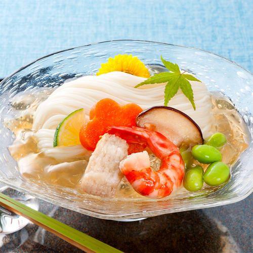そうめんに、冷蔵庫でよく冷やした涼風よせを絡ませてお召し上がりください。国産はもと車えびが入り、京の夏を演出します。