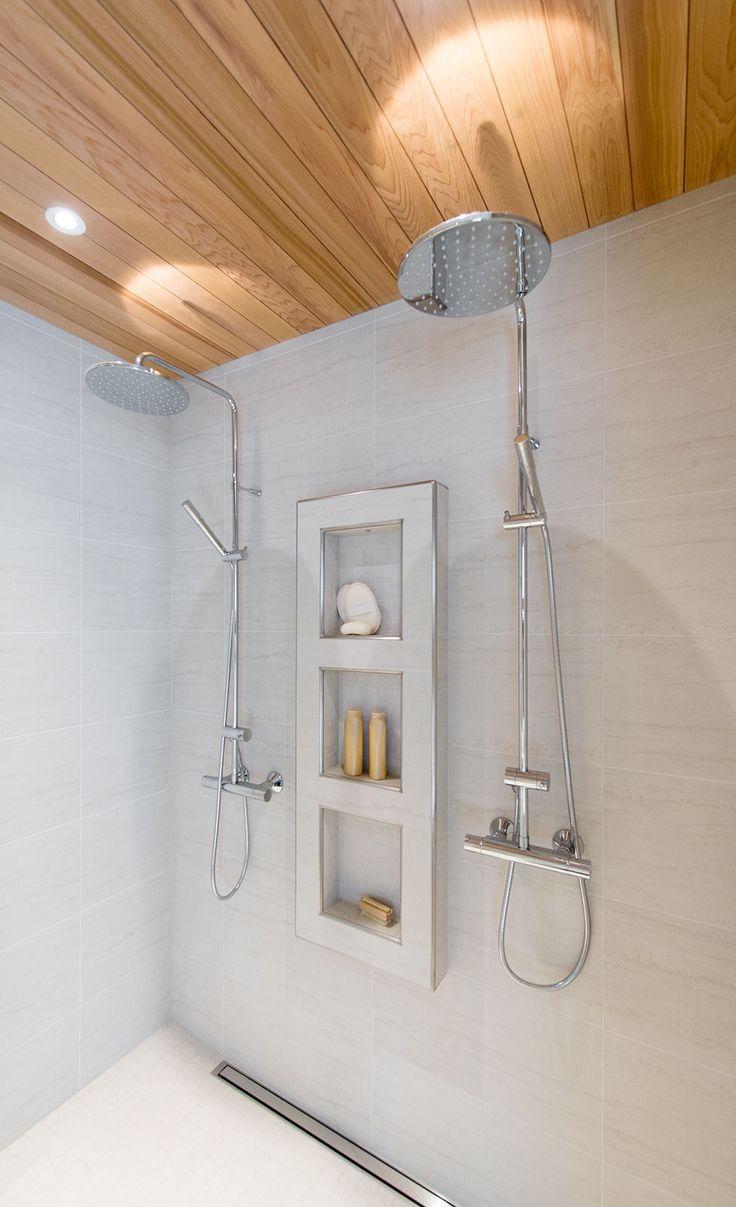 Ankkuri VIEMÄRI!!!  Katto: Paneeli setri – Pesuhuoneet lattia sekä seinät: Kaleido bianco 30×60 – Profiililistat: Laatoituslista pyöreäreunainen alumiini satiini – Suihkut: FM Mattsson Mora Group