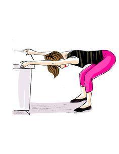 Etirer son dosDebout, les pieds espacés à la largeur du bassin, attrapez un meuble (bien fixe et à la hauteur de vos hanches), poussez les fessiers en arrière, en tendant bien les bras. La tête doit rester dans le prolongement de la colonne vertébrale. Fléchissez légèrement les genoux pour sentir que ça tire au niveau de l'arrière des cuisses.
