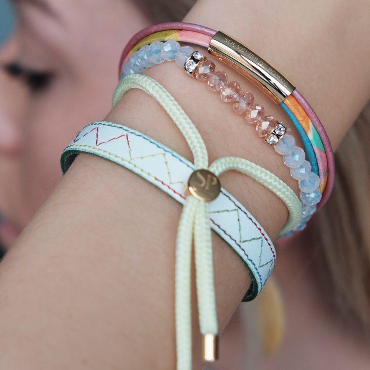 Set van oorbellen en armbanden in pastelkleuren. De zomer is in zicht en deze juwelen kunnen niet ontbreken in je collectie! Combineer met een frisse, witte bloes en een bleke jeans.
