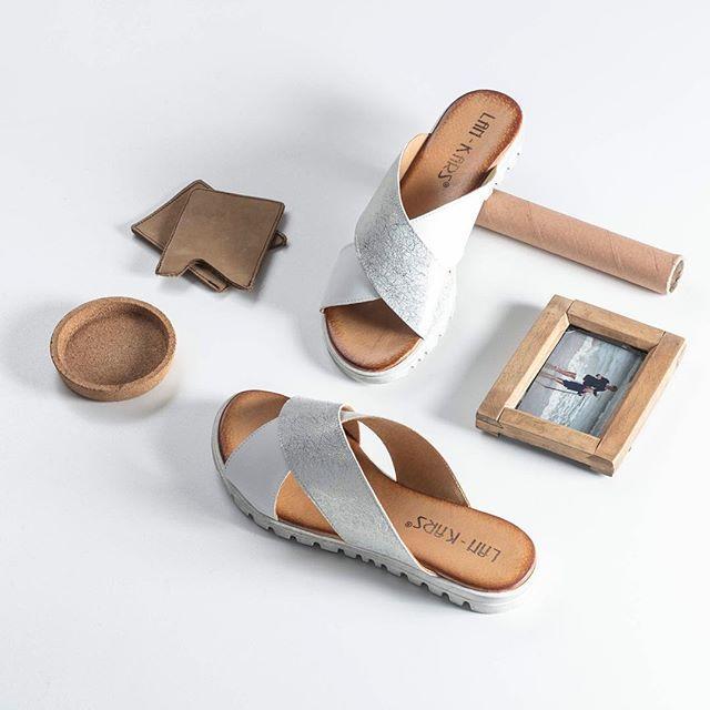 Szukasz lekkich butów na wakacje? 🌴 Postaw n nowoczesne, biało-srebrne klapki - wprost idealne na spacery po promenadzie 🔎: F71-B-L-58 #shoes #lankars #lankarsshoes #lanckorona #cracow #white #silver #modern #minimalism #classy #isntashoes #shoestagram #best #fashion #fashioninsta #woman #summer #leather