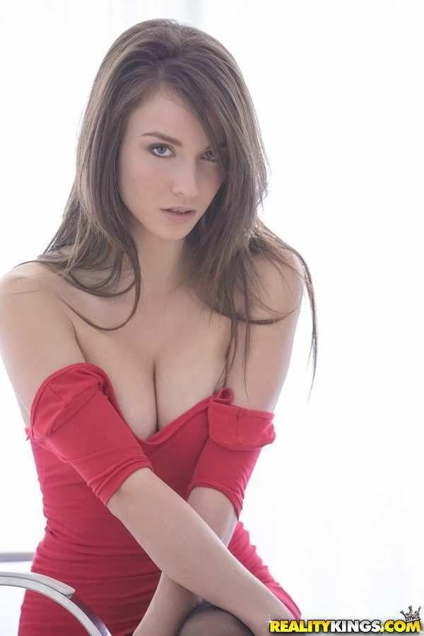 На фото девочка в бикини Малена Морган
