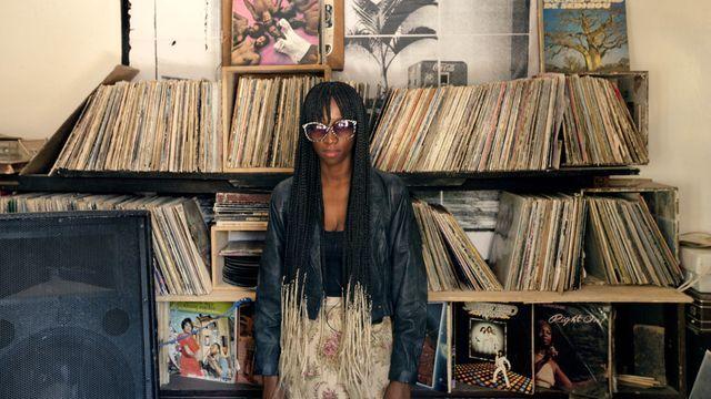 Senegals huvudstad Dakar håller på att förvandlas till en av de mest omtalade städerna på den afrikanska kontinenten. Staden är fylld av kreativitet och influenser. Vi träffar modedesignern Selly Raby Kane som bygger en digital bild av en framtida, utomjordisk stad i en gammal järnvägsstation. Dansaren Khoudia Roodia arbetar för att Afrika ska dominera streetdance och vi får se hur ikoniska bilder från Hollywood får en senegalesisk touch av fotografen Omar Victor Diop.