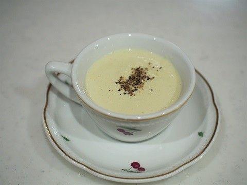 とろ〜り「レンコンの和風ポタージュ」 <材料(4人分)> レンコン 150g、豆乳 400g、昆布茶 小さじ1杯 <作り方> 1. レンコンを薄くスライスする。 2. ミキサーに1のレンコンと豆乳を入れてなめらかになるまで攪拌する。 3. 2を鍋に移し、昆布茶を加えてとろみがつくまで加熱する。 ※焦げやすいので注意してください