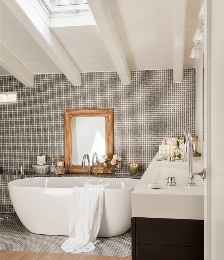 Baño con bañera exenta y pared de gresite_435427