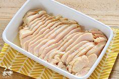 塩こうじに漬けて低めの温度でじっくり火を通すことで、しっとりやわらかく仕上がったハーブチキンのレシピ。薄くスライスしてパンにサンドしたり、角切りにしてサラダに入れても美味しいです。冷蔵保存5日