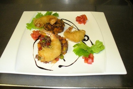 Mazzancolle in pasta kataifi su riso rosso, verdure e tortino di fagioli Bayo
