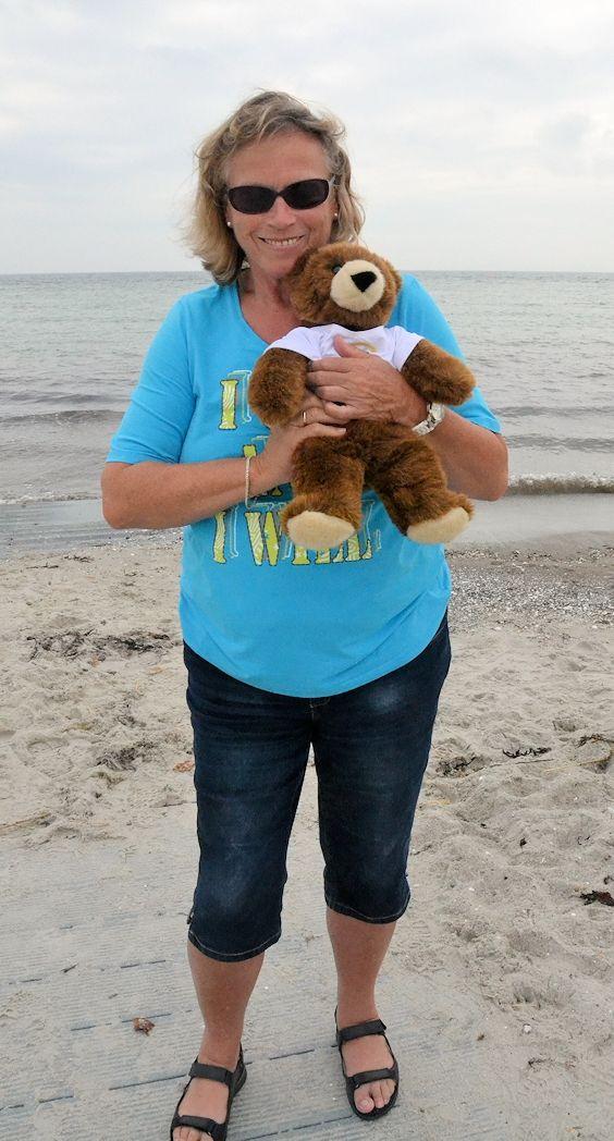 "Heute ist ""Umarme-einen-Bären-Tag"" (Hug a Bear Day) ..."
