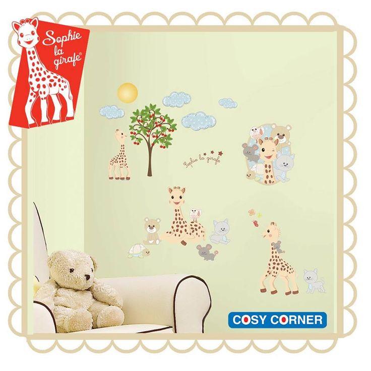 Δημιουργήστε μια διασκεδαστική και παιχνιδιάρικη ατμόσφαιρα στο νηπιαγωγείο, παιδικό σταθμό και στο παιδικό υπνοδωμάτιο με την Sophie, τους φίλους της Gabin, Josephine, Kiwi, Lazar αλλά και.. σύννεφα, μηλιά, ανθισμένα λουλούδια και σιλουέτα του Πύργου του Άιφελ, προσφέροντας στο χώρο μια παριζιάνικη πινελιά. http://goo.gl/TrmGNZ