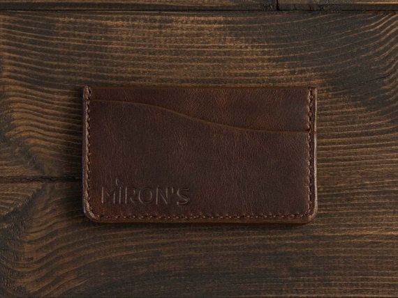 This simple and compact card holder with natural leather has a bit of space for notes and two slots that can accommodate a total of 5 cards. It is very thin, so you can take it with you wherever you want without worrying about the thickness of your wallet.