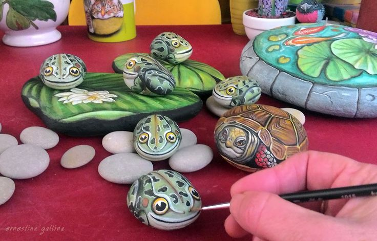 Frogs, hand painted on stone by Ernestina Gallina, Pietrevive Rock Art, Italy. https://www.facebook.com/pietrevive.ernestina/