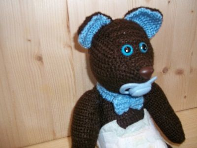 With bright shining eyes and face full of love, this classic Teddy bear is ready to come home with you! Expertly fashioned using yarn wool/acrylic brown and heavenly, this stuffed animal is as cuddly as he is adorable. This stuffed animal Bear measures approximately 26 cm about. Papillon on neck, also features safety eyes. This teddy bear toy can make happy your baby. There are few things sweeter than snuggling up next to a crochet toy. Teddy Bear available immediately. Rossella Usai