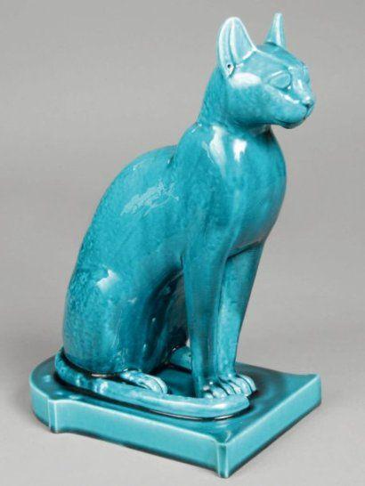 Théodore DECK (1823-1991)  Statuette le chat égyptien « Bastet ». Epreuve enThéodore DECK (1823-1991) Statuette le chat égyptien « Bastet ». Epreuve en faïence fine émaillée bleu. Signé du cachet Th. Deck. Haut. 29,5 cm - socle : 20 x 12,5 cm