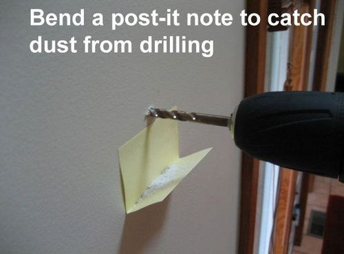 壁にドリルで穴を開けるときは、L字に折った付箋紙を下に貼るだけでゴミが散らばらない。