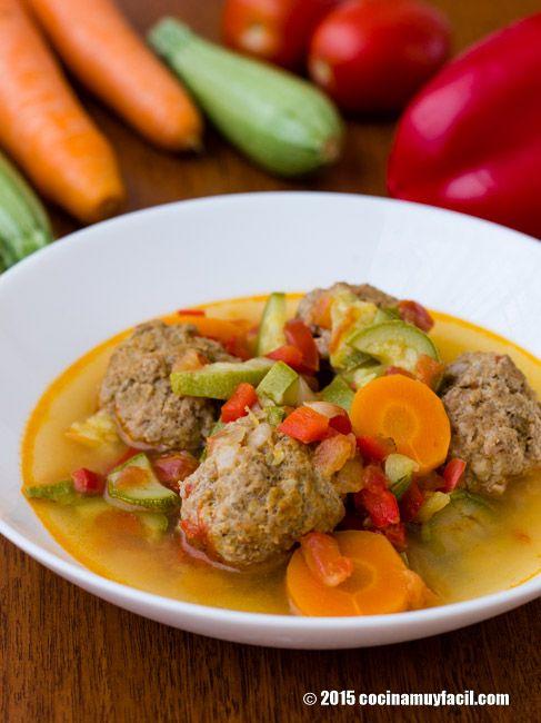 Caldo de albóndigas con verduras. Receta | Cocina Muy Fácil | http://cocinamuyfacil.com