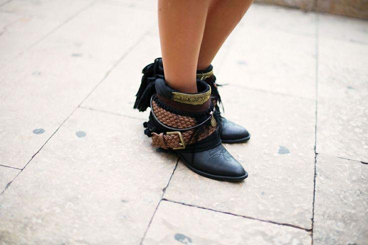 Estilo navajo. Those boots are to die.