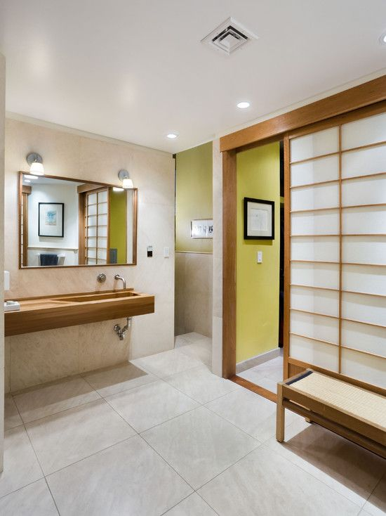 Banheiro com porta de correr com estrutura de madeira