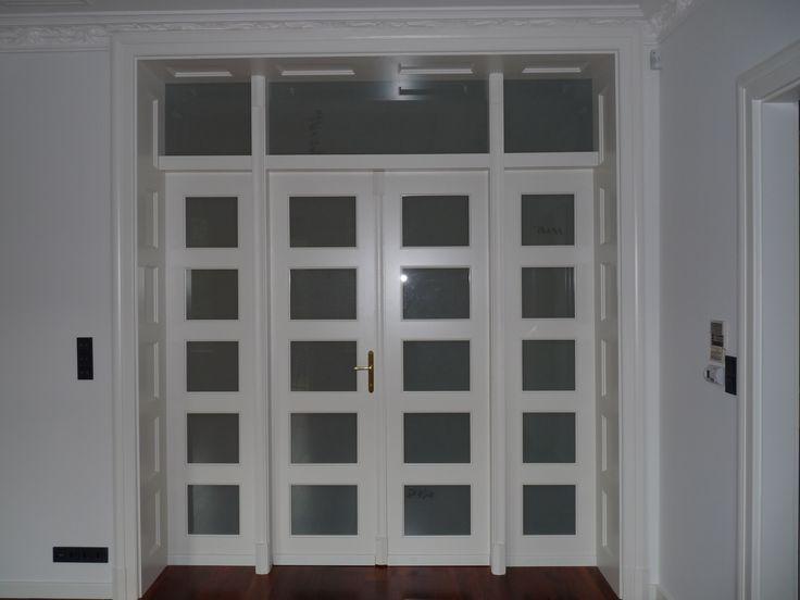 klasszikus fedőfestett mdf beltéri középen-nyíló ajtó, fix oldal-és felülvilágítóval, kazettás mélybéléssel