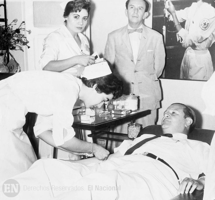 Rafael Caldera atendido por enfermeras de la Cruz Roja, en un acto de donación de sangre para la institución. (ARCHIVO EL NACIONAL)
