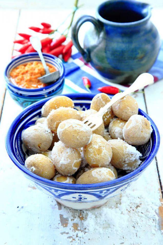Saltkokt småpotatis med röd, het mojo rojo (se recept nedan) är en härlig tapasrätt, men också ett gott tillbehör till grillat kött.