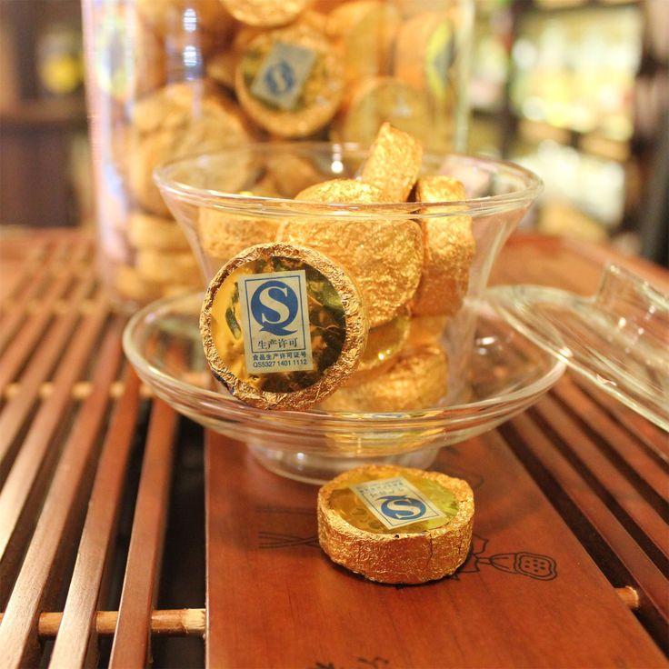 """ШУ ПуЭр Золотые Медальоны  Немного о чае: Отдаленный аналог """"чайных пакетиков"""", только без пакетика. Шу Пу Ер, прессованный в виде таблетки, идеально подходит для заваривания в чашке (будет 3-4 чашки с одной """"таблетки"""").  Диаметр каждого медальона составляет 2,5 см. Герметичная упаковка из фольги способствует сохранению вкуса чая. Также благодаря ей чай удобно носить с собой, скажем, в сумке. Кроме того, эстетичный внешний вид медальонов делает прессованный чай """"Золотой медальон"""" прекрасным…"""