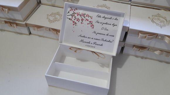 Caixa em MDF forrada em linho com brasão bordado e que comporta 1 mini espumante e 2 taças ou gravatas e doces.