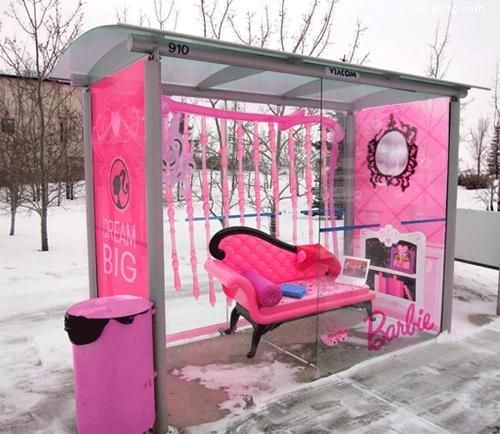 Sorprendentes paradas de autobus donde la publicidad forma parte de su entorno - Puro Marketing