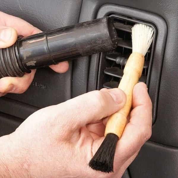 Pour éviter que les poussières se déposent de partout, mettez votre aspirateur à côté du pinceau mousse quand vous nettoyez votre voiture.