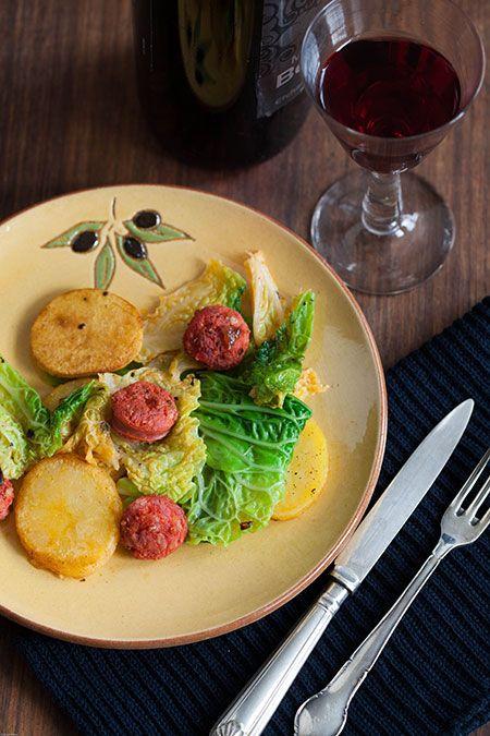 Salteado de col con chorizo y patatas (gebakken groene kool met chorizo en aardappelen)