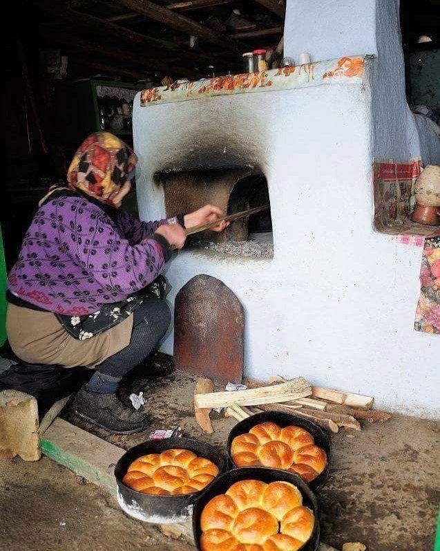 Pâinică frumoasă, Din cuptor scoasă, Pâiniţă cuminte, Cu faţa fierbinte Cu faţa măicuţei, Cu mâna tăicuţei, Ca soarele-n vară, Ca bulgăru-n ţară!   -Grigore Vieru-