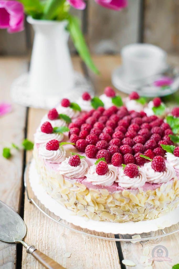 Rezepte Himbeeren Kuchen: Himbeer Torte mit Sahne Quark Joghurt Creme und Nuss Dekor :) - http://das-kuechengefluester.de/recipe/himbeer-sahne-torte-a-la-grand-mere-ein-leichter-rosa-tortentraum/