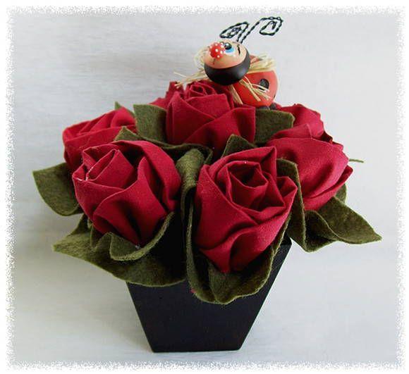 Este delicado vaso é um ótimo presente para enfeitar qualquer ambiente da casa. Vem com 7 botões de rosas que são feitos de tecido 100% algodão e com folhas de feltro.  O vaso é de madeira, a joaninha que acompanha o arranjo é feita totalmente de biscuit e ainda possui uma essência de dove (opcional). R$ 48,00