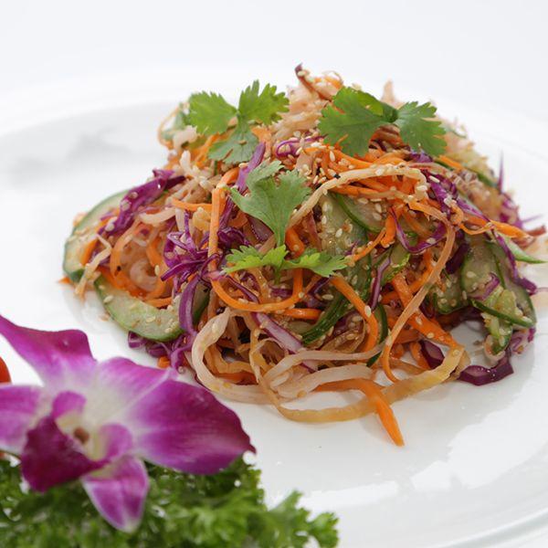 Nomhoachuoi: Yeşil papaya, havuç, kişniş, muz çiçeği, balık sosu ve fıstıkla yapılan enfes bir salata.