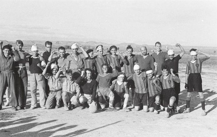 Wainman tomó 1.650 fotos, que estuvieron perdidas en una maleta durante décadas hasta que las encontró su hijo. En la imagen, dos equipos de fútbol, uno de ellos de soldados convalecientes, el 25 de octubre de 1936, en Grañén (Huesca).