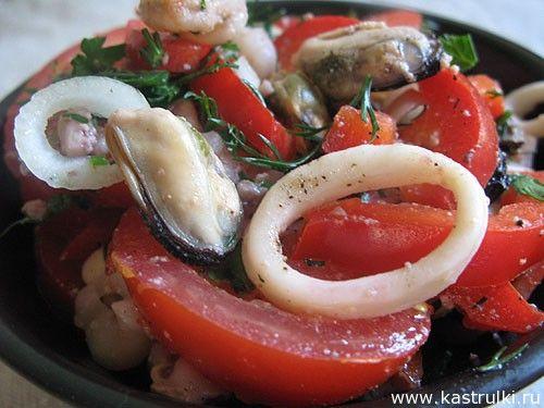 Салат из морепродуктов, помидоров и перца