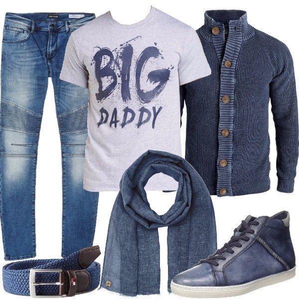 Jeans skinny a vita bassa, li ho abbinati ad una t-shirt grigia a manica corta con stampa, perfetta per un pensiero originale ad un super papà e ad un cardigan in cotone, a manica lunga e collo alto, con allacciatura a bottoni. Sneakers alte in pelle con lacci, sciarpa in cotone e lino blu e cintura blu, Tommy Hilfiger, in tessuto e cuoio.
