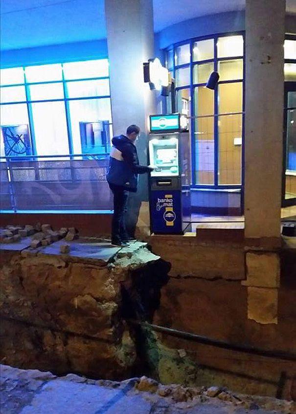 des gens qui retirent au distributeur de façon bizarre - https://www.2tout2rien.fr/des-gens-qui-retirent-au-distributeur-de-facon-bizarre/