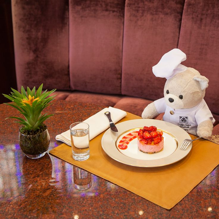 Chef Teddy is at Gazebo Lounge, Çırağan's dessert haven, indulging in the strawberry cheesecake! As picky as he is, Chef Teddy gave this dish an outstanding score! #ChefTeddy