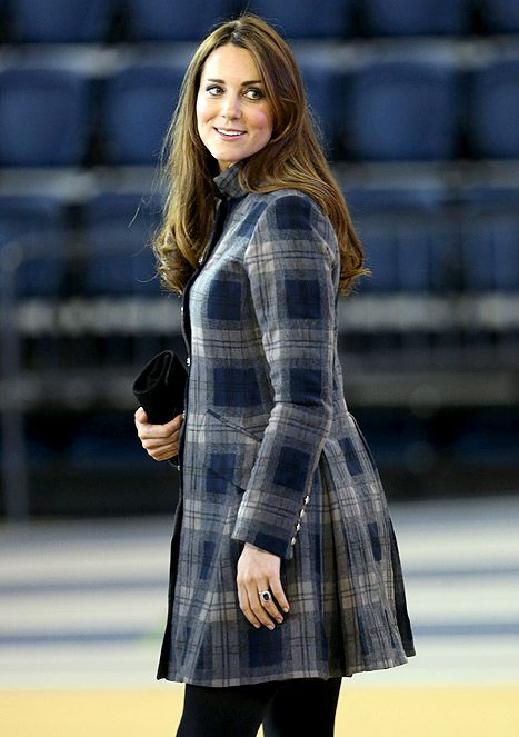 Kate Middleton cobrindo a colisão com um casaco de lã -  /  Kate Middleton covering her bump with a wool coat -