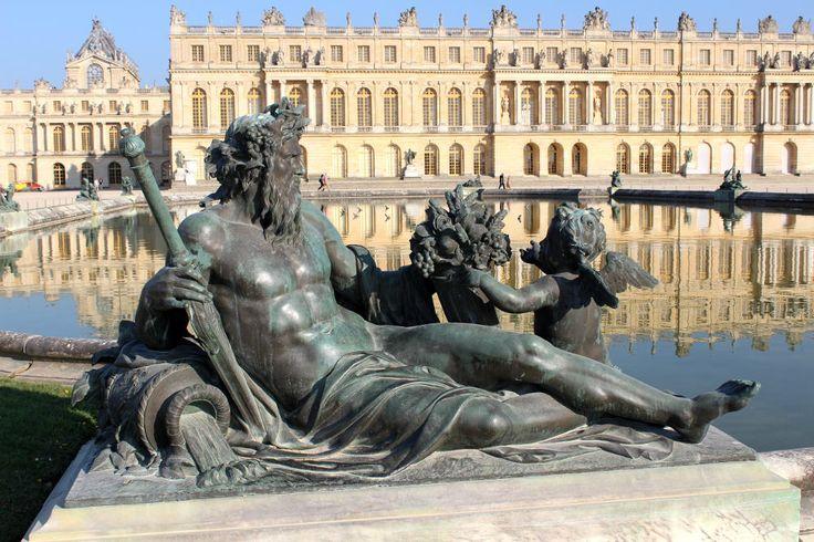 Les statues des fleuves de Versailles montrent la richesse agricole de la France, entourant les bassins du parterre d'eau