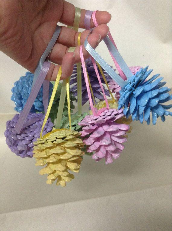 Usted recibirá 10 piñas de Pascuas por orden de pintadas. Las piñas son azules, verde, amarillo, rosa y púrpura. Son perfectos para sus árboles. Las piñas tienen cinta caliente pegada en ellos. www.etsy.com/shop/SheilasGardenGirls