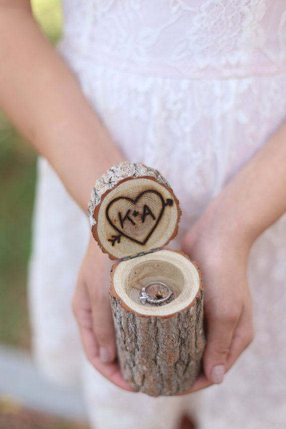 Personalisierte rustikale Holz Ring Bearer Kissen von braggingbags