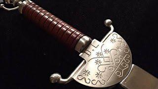 Un symbole du dieu vaudou Legba, «maître de toutes les cérémonies», est gravé sur le pommeau de l'épée de Dany Laferrière.