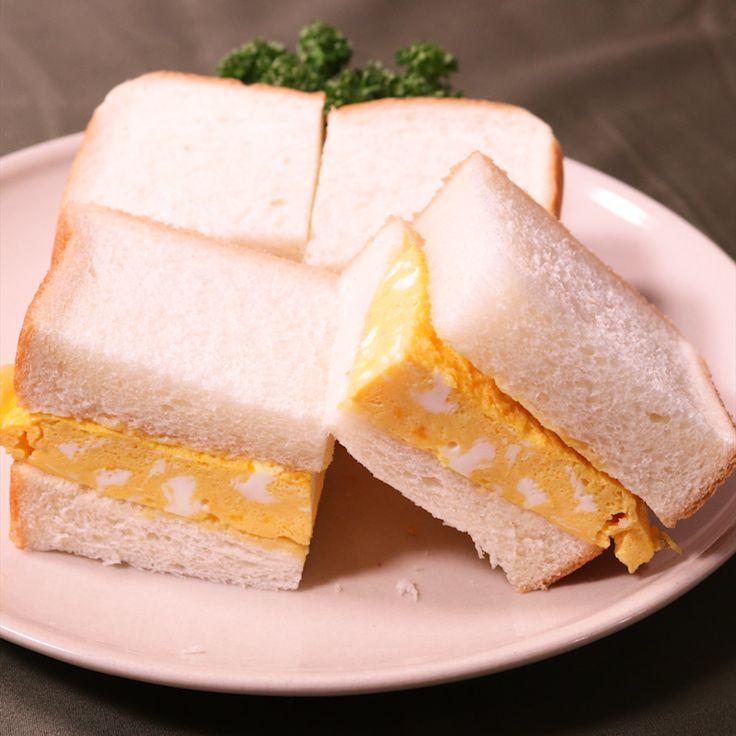 「出汁入り厚焼き玉子のサンドイッチ」の作り方を簡単で分かりやすい料理動画で紹介しています。厚焼き玉子をシンプルに食パンに挟んだだけのサンドイッチです。蒸し焼きしたことによってとてもふわふわになってお口の中で白だしがジュワっと出てきてからしととても合います。からしが苦手な方はマヨネーズをオススメします。
