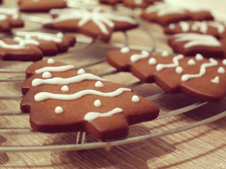 Bientôt Noël ! Pour se mettre dans l'ambiance, voici de délicieux petits sablés de Noël au miel et au cacao. A décorer à l'envie de glaçage ou à savourer nature !