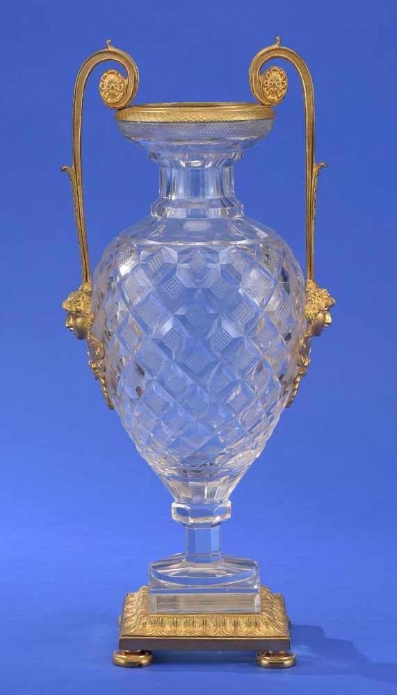 Empire-Kristallvase   Wohl Russland 19. Jhdt. Vergoldete Bronzeapplikationen. H 42 cm.