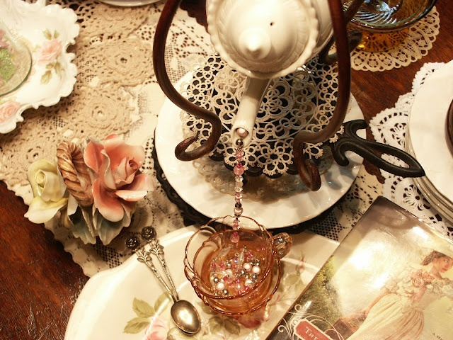 "Conghaile Cottage: ""Julie Marie,Tea, & Me"": Beads Chains, Chains Pour, Conghail Cottages, July Mary Teas, Display Ideas, Glasses Teacups, Crochet Doilies, Invitations Tablescapes, July Mariee Teas"